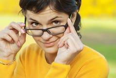 Donker-haired meisje in glazen Stock Afbeeldingen
