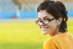Donker-haired meisje in glazen Stock Foto's