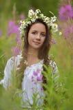Donker-haired meisje met vlechten en madeliefjes Royalty-vrije Stock Foto