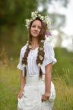 Donker-haired meisje met vlechten en madeliefjes Stock Fotografie