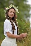 Donker-haired meisje met vlechten en madeliefjes Stock Foto