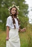 Donker-haired meisje met vlechten en madeliefjes Royalty-vrije Stock Afbeelding