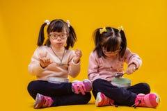 Donker-haired ongebruikelijke kinderen die met chromosoomabnormaliteit ontbijt eten royalty-vrije stock afbeelding