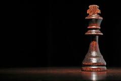Donker houten koningsschaakstuk stock foto's
