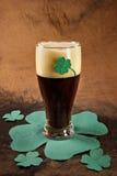 Donker Iers bier voor St Patick Dag Stock Foto's