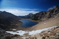 Donker meer en bergenlandschap Stock Foto's