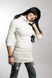 Donker meisje met witte sweater Stock Afbeeldingen