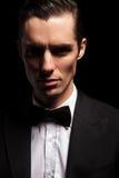 Donker portret van de elegante mens in smoking met bowtie Royalty-vrije Stock Afbeeldingen