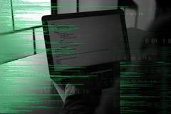 Donker silhouet van cyber misdadige het binnendringen in een beveiligd computersysteem computer achter digitale symbolen stock afbeeldingen