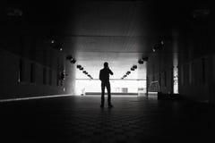 Donker silhouet van een mens die een anoniem telefoongesprek maken stock foto's