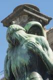 Donker standbeeld van een vrouw op een begraafplaats stock afbeelding