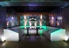 Donker verlicht modern restaurant Royalty-vrije Stock Foto's