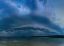 Donker wolkenonweer in de stad dichtbij de rivier Royalty-vrije Stock Foto's
