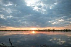 Donkerblauw - de sinaasappel met wolken bij zonsondergang de oranje zon valt achter de horizon Achter de schermen Natuurlijke ach royalty-vrije stock foto