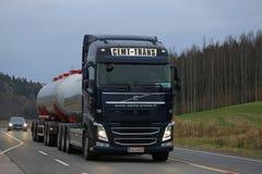 Donkerblauw de Tankwagenavond van Volvo FH Vrachtvervoer Stock Afbeelding