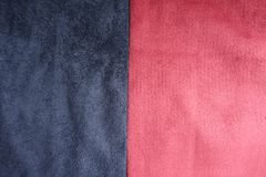 Donkerblauw en rood kunstmatig verticaal samen genaaid suède stock foto