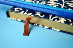 Donkerblauw en wit bloemennotitieboekje met blauwe potloden op witte en blauwe achtergrond, detail Royalty-vrije Stock Foto