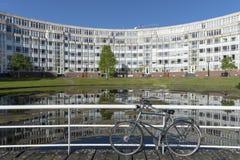Donkerblauw fietsparkeren op de rand van de brug stock foto
