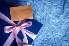 Donkerblauw giftvakje met lintdecoratie op polka blauw document, Stock Foto's