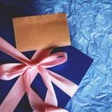 Donkerblauw giftvakje met lintdecoratie op polka blauw document, Royalty-vrije Stock Foto
