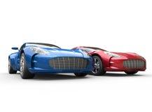 Donkerblauwe en rode metaalauto's op witte achtergrond Royalty-vrije Stock Afbeelding