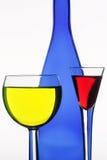 Donkerblauwe fles en twee wijnglazen stock foto