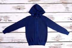 Donkerblauwe gebreide trui met een kap Stock Afbeeldingen