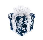 Donkerblauwe giftdoos met zilverachtig lint royalty-vrije stock foto's