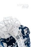 Donkerblauwe giftdoos met zilverachtig lint stock afbeelding