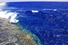Donkerblauwe golven die in koraalriffen in werking worden gesteld Royalty-vrije Stock Foto's