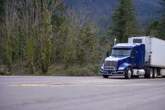 Donkerblauwe grote installatie semi vrachtwagen met koelings semi vrachtwagen trans Royalty-vrije Stock Fotografie