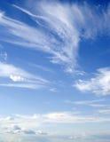 Donkerblauwe hemel en wolken stock foto's