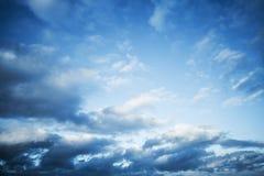 Donkerblauwe hemel met wolken, abstracte fotoachtergrond stock foto