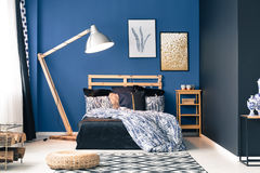 Donkerblauwe slaapkamer stock foto. Afbeelding bestaande uit helder ...