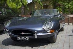 Donkerblauwe Jaguar-e-Type dichte omhooggaand in de parade van uitstekende auto's Stock Foto's