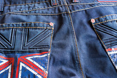 Donkerblauwe jeans met een beeld van de Britse vlag op de zak stock afbeelding