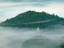 Donkerblauwe mist in diepe vallei na regenachtige nacht Rotsachtig de meningspunt van de heuvelblaasbalg De mist beweegt zich tus Royalty-vrije Stock Foto