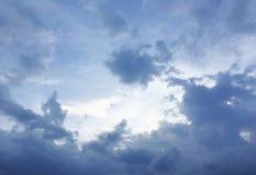 Donkerblauwe onweerswolken Royalty-vrije Stock Foto