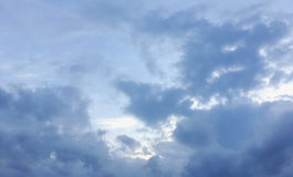 Donkerblauwe onweerswolken Stock Foto