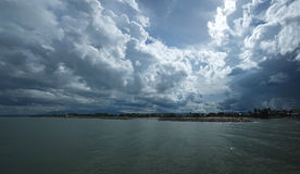Donkerblauwe overzees en blauwe hemel met regenachtige wolk Royalty-vrije Stock Foto's