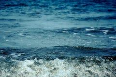 Donkerblauwe overzees met bellengolf Royalty-vrije Stock Foto's