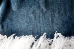 Donkerblauwe schaduwachtergrond met veer Stock Afbeelding