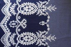 Donkerblauwe stof met medaillons en stippatroon stock afbeeldingen