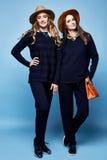 Donkerblauwe sweater van twee de mooie van het de wolkasjmier van de vrouwenslijtage het kostuumbroek Stock Foto's