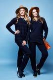 Donkerblauwe sweater van twee de mooie van het de wolkasjmier van de vrouwenslijtage het kostuumbroek Royalty-vrije Stock Fotografie
