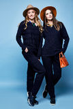Donkerblauwe sweater van twee de mooie van het de wolkasjmier van de vrouwenslijtage het kostuumbroek Royalty-vrije Stock Afbeeldingen