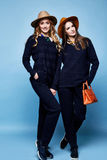 Donkerblauwe sweater van twee de mooie van het de wolkasjmier van de vrouwenslijtage het kostuumbroek Royalty-vrije Stock Afbeelding
