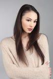 Donkerbruin Aziatisch Model op Grey Background Royalty-vrije Stock Foto's