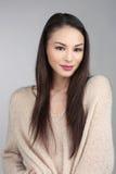 Donkerbruin Aziatisch Model op Grey Background Stock Afbeeldingen