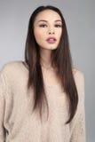 Donkerbruin Aziatisch Model op Grey Background Royalty-vrije Stock Foto